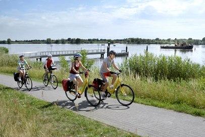 Rad fahren entlang der Elbe in Resperhude, © photocompany GmbH