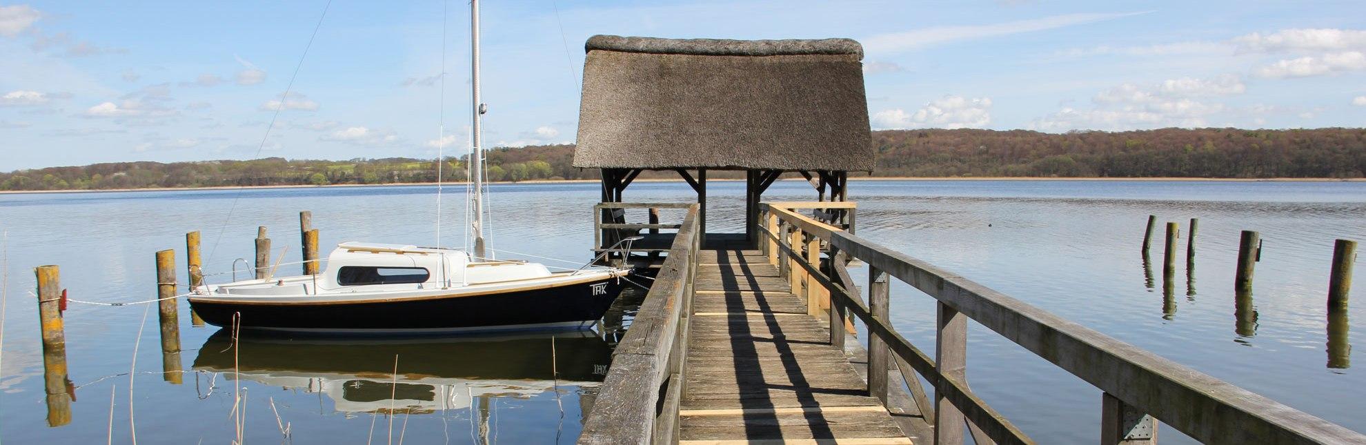 Verträumt auf dem Ratzeburger See: Boot am Steg in Buchholz., © Carina Jahnke / HLMS GmbH