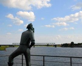 Der Lauenburger Rufer grüßt die vorbeifahrenden Schiffe auf der Elbe., © Jürgen Klemme