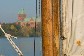 Weiße Segel am Ratzeburger Domsee, im Hintergrund die Domhalbinsel., © Thomas Ebelt / HLMS GmbH