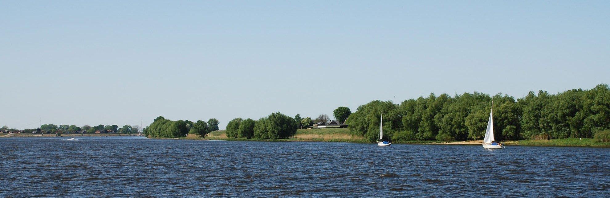 Segelboote segeln auf der Elbe in der Nähe von Geesthacht