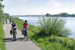 Radler an der Elbe bei Lauenburg, © photocompany GmbH