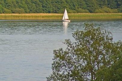 Großer Ratzeburger See mit Segelboot auf der Höhe von Pogeez, © Thomas Ebelt/ HLMS
