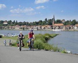 Radfahrer mit lauenburger Altstadt im Hintergrund, © photocompany