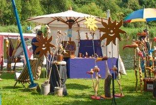 Jedes Jahr begeistert der große Kunsthandwerkermarkt in Siebeneichen die Gäste des Kultursommers am Kanal., © Nicole Franke / HLMS GmbH