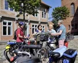 Radfahrer vor der Tourist-Information Lauenburg/Elbe, © photocompany