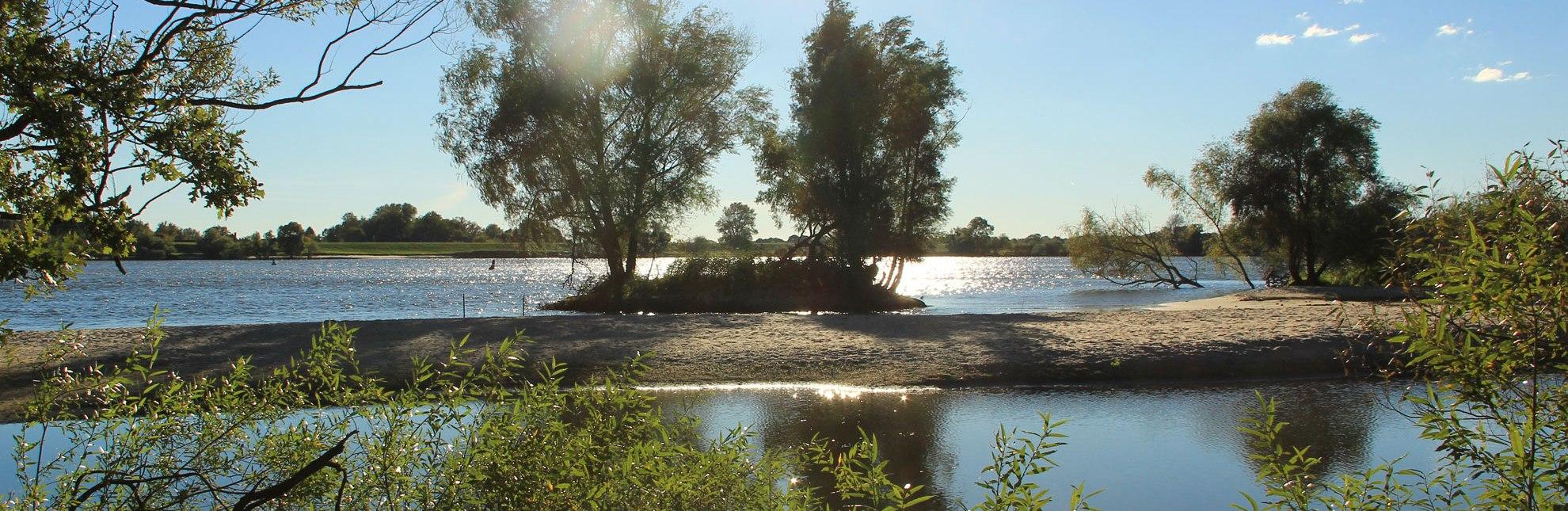 Glitzernde Elbe, Sandbänke und Auenwald im Naturschutzgebiet Hohes Elbufer bei Geesthacht, © Tourist-Information Geesthacht