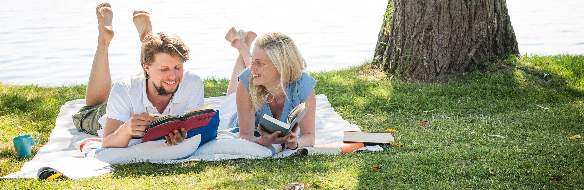Lesen am See im Naturpark Lauenburgische Seen, © Nicole Franke / HLMS GmbH