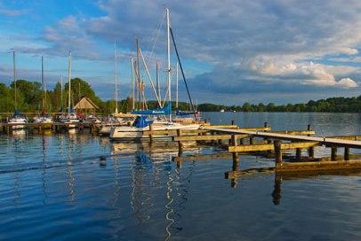 Segelboote am Steg in Römnitz am Ratzeburger See., © Thomas Ebelt / HLMS GmbH