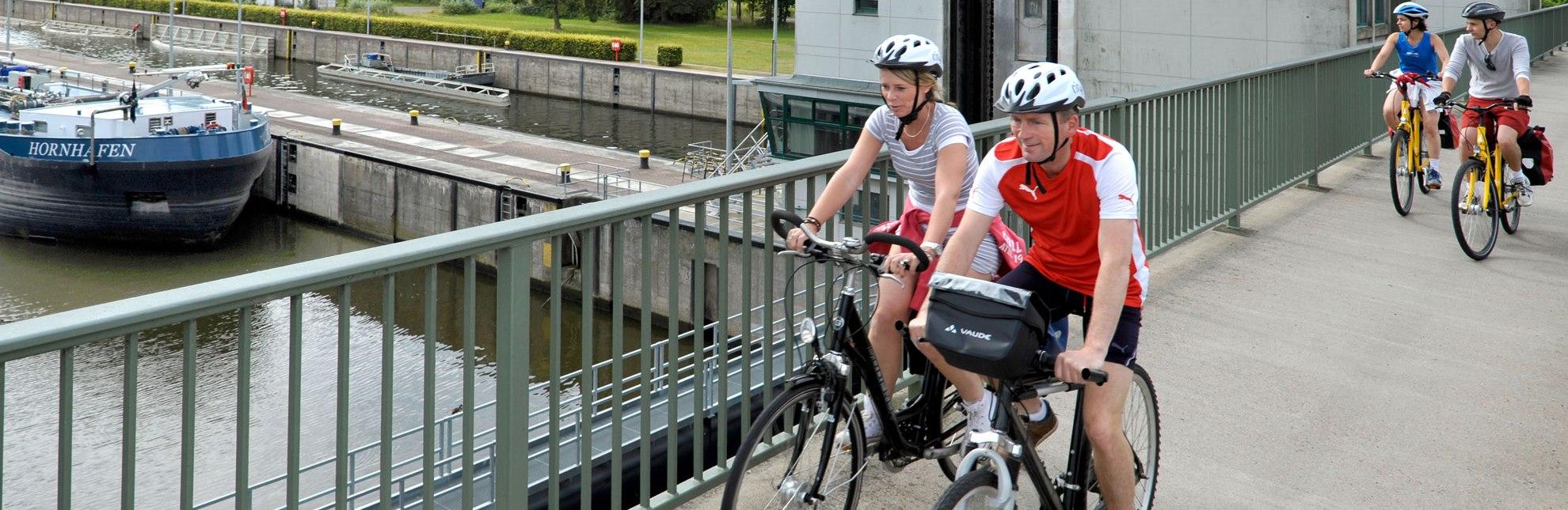 Radfahrer an der Schleuse in Geesthacht, © photocompany