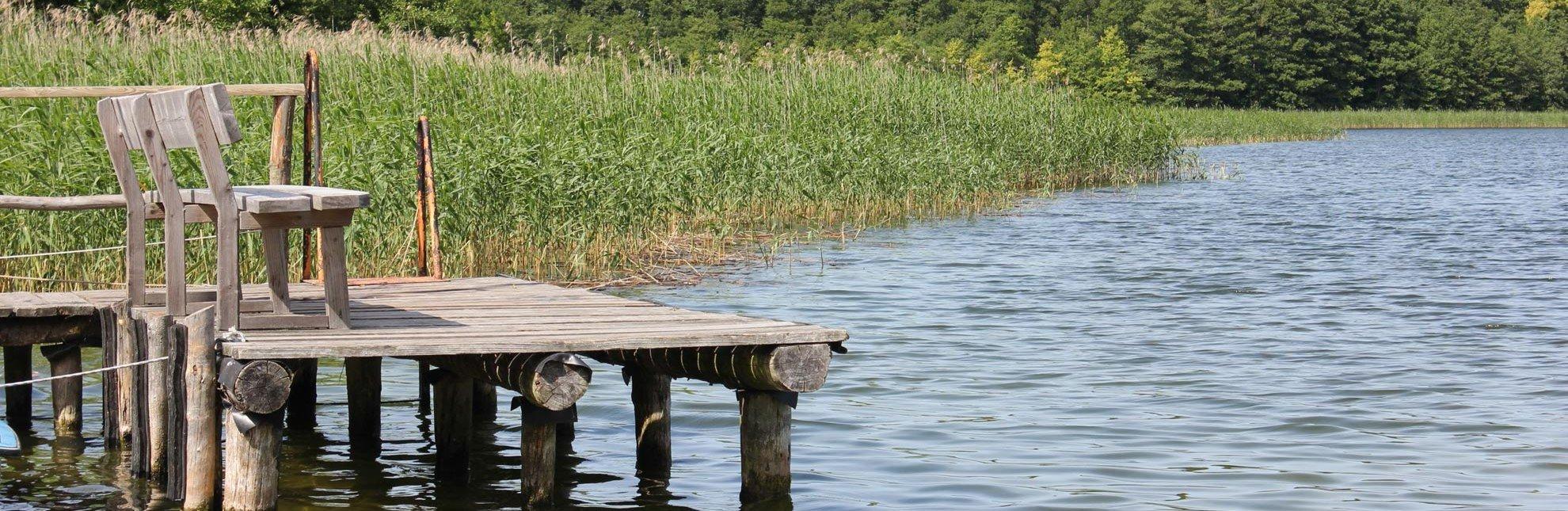 Einladend: Eine Bank am Ufer des Schaalsees in Groß Zecher., © Carina Jahnke / HLMS GmbH