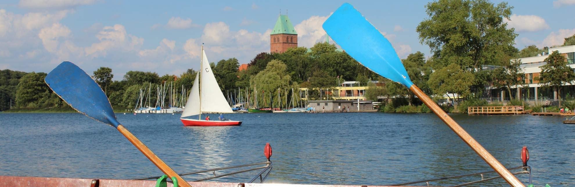 Das Rudern hat in Ratzeburg Tradition. Darüber hinaus ist der Ratzeburger See ein beliebtes Binnensegelrevier., © Carina Jahnke / HLMS GmbH
