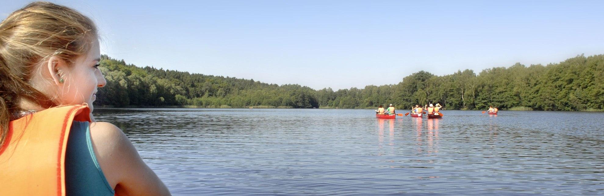 Sanft gleiten die Kanus über das ruhige Wasser der Lauenburgischen Seen., © photocompany GmbH / HLMS GmbH