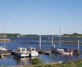 kleiner Hafen an der Elbe beim Zollenspieker Fährhaus, © Tourist-Information Geesthacht