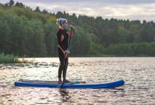 Herrlich entspannend: Mit dem Stand-up Paddling-Board über den Pipersee im Naturpark Lauenburgische Seen gleiten., © Alex K. Media / HLMS GmbH