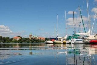 Am Ratzeburger Domsee kann man sich ganz unterscheidliche Boote ausleiehn und zu einer Rundtour um die INsel starten., © Jens Butz