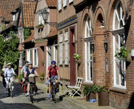 Radfahrer in der Lauenburger Altstadt, © photocompany