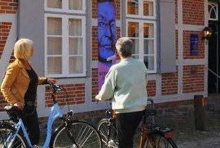 Radfahrer vor dem Barlachhaus in Ratzeburg, © Klemme/ HLMS