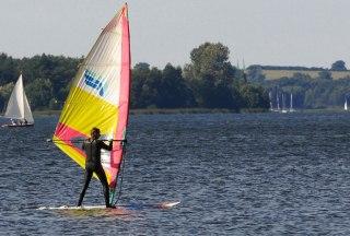 Windsurfer und Segelboote auf dem Ratzeburger See, © Jürgen Klemme/HLMS