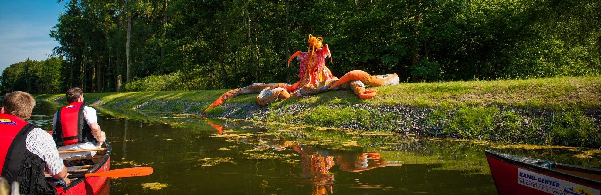 Im Kanu sitzend durch ein Theaterstück paddeln., © Nicole Franke