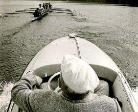Ruderprofessor Karl Adam beobachtet seine Schützlinge beim Rudertraining auf dem Ratzeburger See., © Hans-Jürgen Wohlfahrt