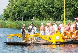 Voll besetzt pendelt die Seilzugfähre von Siebeneichen nach Fitzen., © Nicole Franke / HLMS GmbH