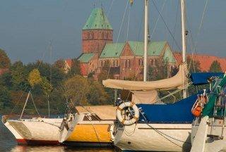 Blick über den Ratzeburger Domsee auf das Kreismuseum und den mächtigen Backsteindom.