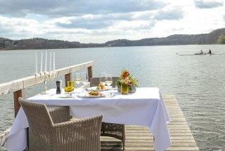 Ihr opulent gedeckter Tisch beim Dinner am See, © Nicole Franke/HLMS