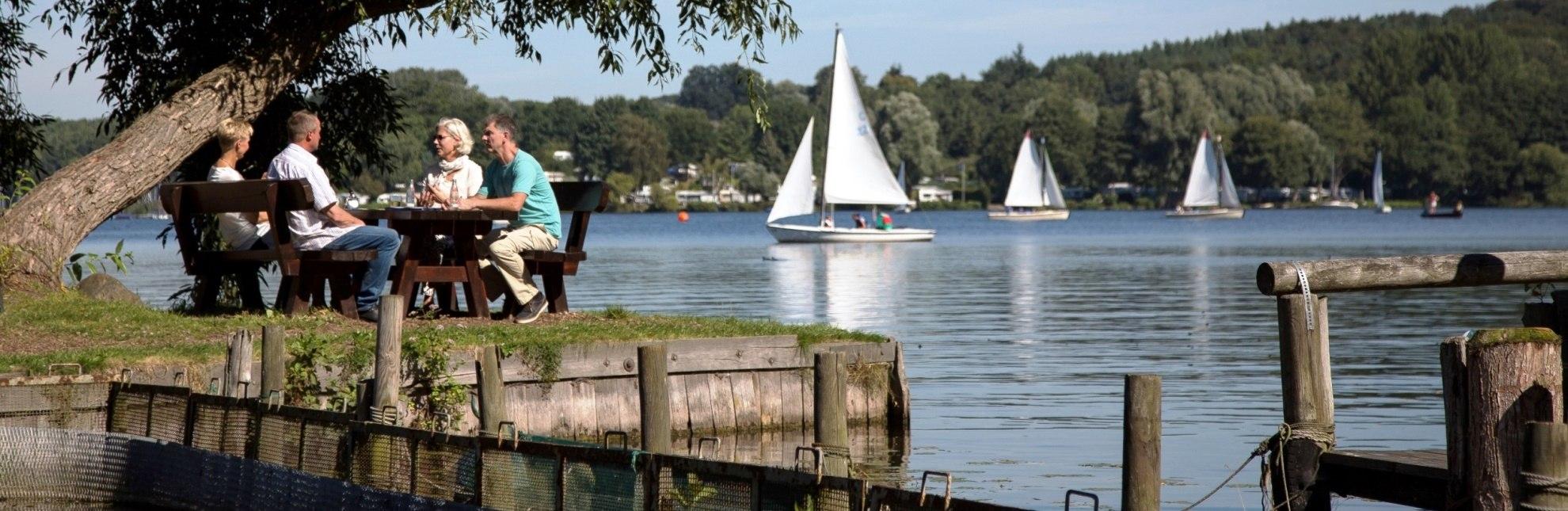 Gemütlich sitzt es sich bei der Fischerei Jobmann direkt am Ratzeburger See., © Tourist-Info Ratzeburg / Jens Butz