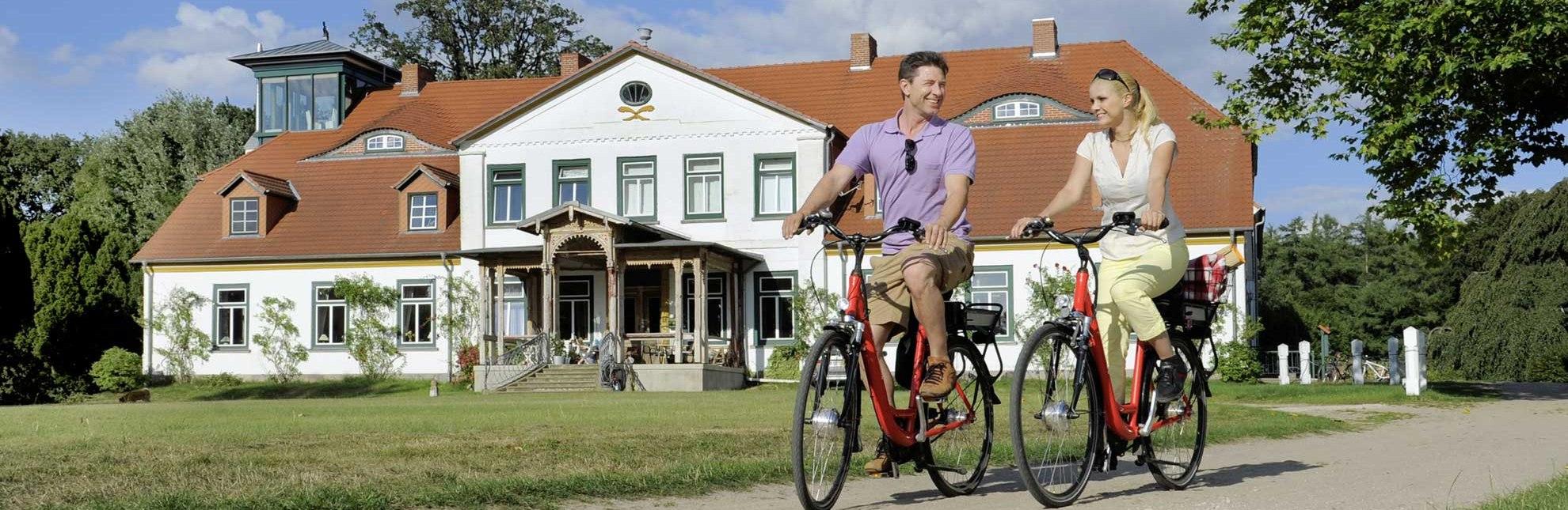 Gutshaus Groß Zecher mit Radfahrern, © photocompany/ HLMS