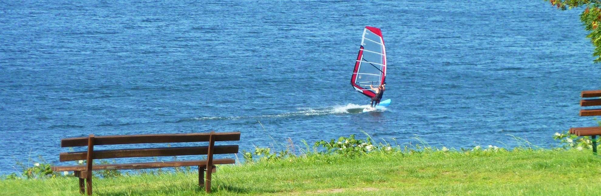 Ausblick auf den Ratzeburger See mit Surfer, © Thomas Ebelt/ HLMS
