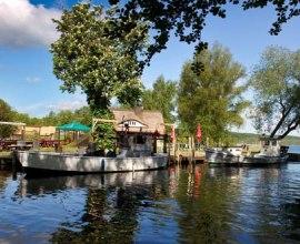 Blick auf die Fischerei am Ratzeburger See. Hier lassen sich auch leckere Fischgerichte direkt am See genießen., © Tourist-Information Ratzeburg