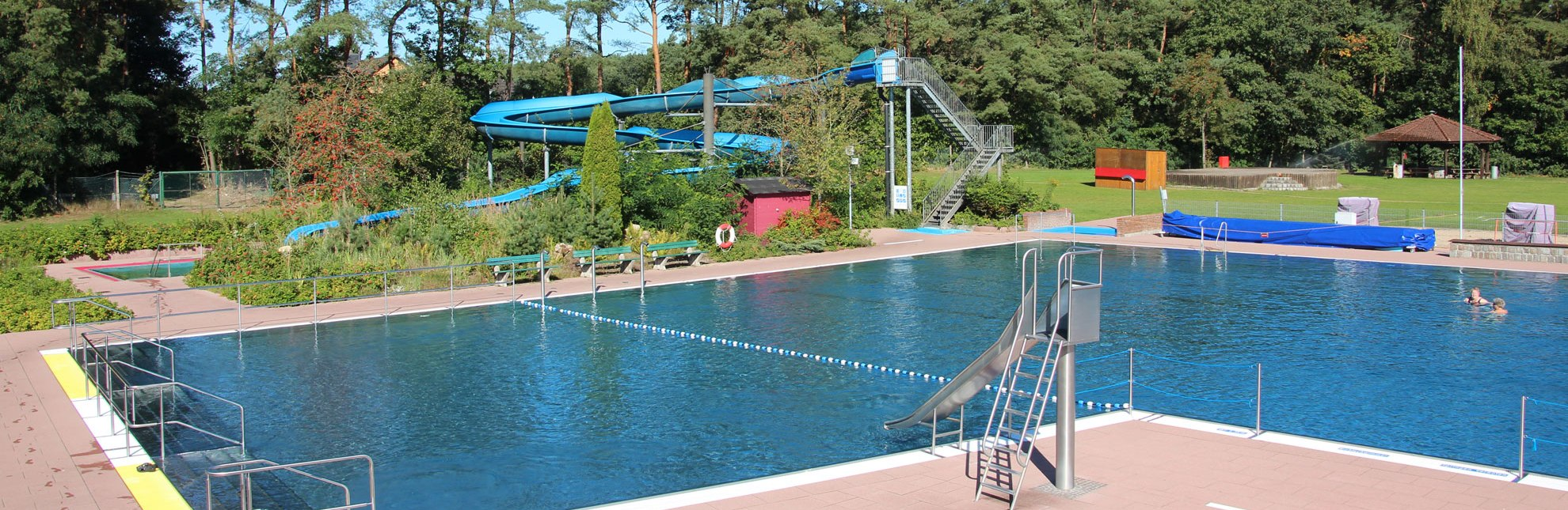 Idyllisch am Waldrand gelegen hält das Waldschwimmbad in Büchen ein großes Angebot bereit., © Gemeinde Büchen