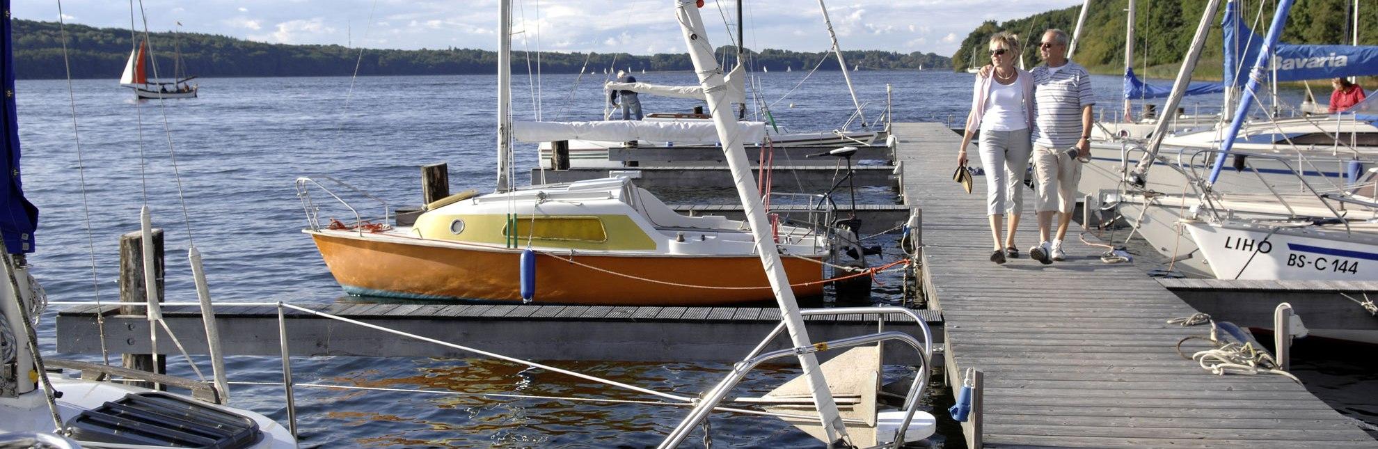 Flanieren zwischen Segelbooten am Ratzeburger See, © photocompany GmbH
