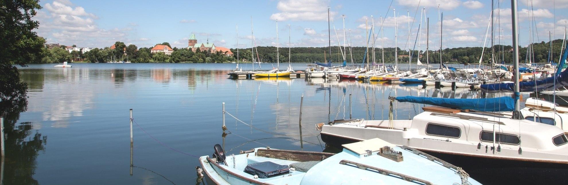 Vom Bootssteg am Domsee gibt es einen tollen Blick auf die Domhalbinsel., © Tourist-Info Ratzeburg / Jens Butz