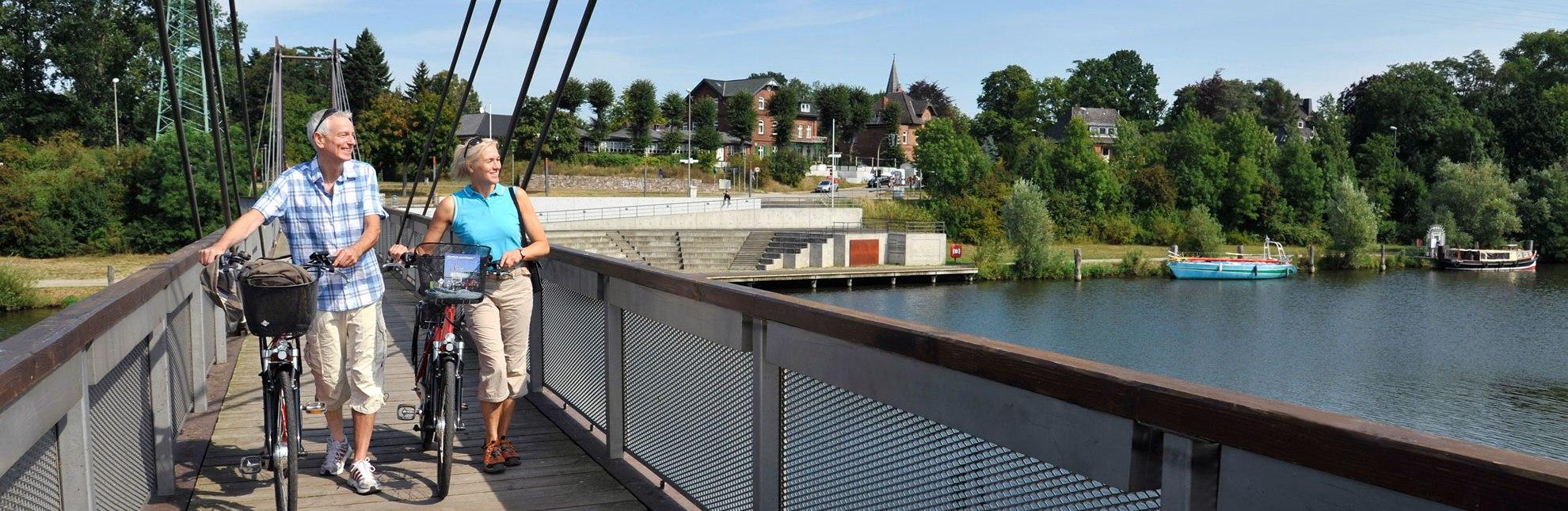 Radfahrer an der Hafenbrücke in Geesthacht, © photocompany