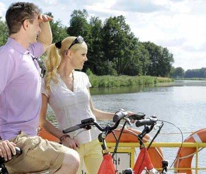 Fähre in Siebeneichen mit Radfahrern, © photocompany/ HLMS