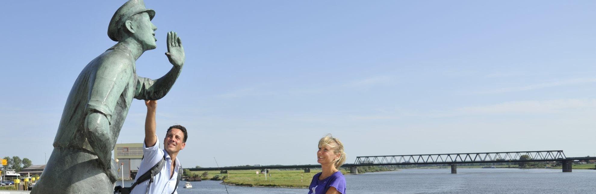 Der Lauenburger Rufer grüßt vorbeifahrende Schiffe., © photocompany