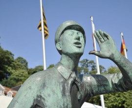 Die Statur des Lauenburger Rufer grüßt die vorbeifahrenden Schiffe, © photocompany