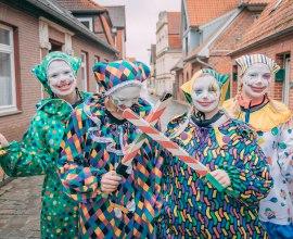 Die Clownies begleiten die lustige Person durch Lauenburg während der Schipperhöge in Januar, © Fin Erik Eckhoff